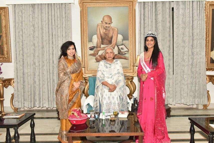 VLCC Femina Miss India 2020 runner up Manya Singh meets Uttar Pradesh Governor Smt. Anandi Ben Patel