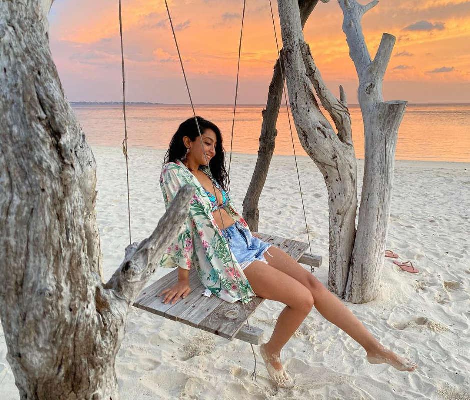 Stunning beach vacation pictures of Kannada actress Aindrita Ray