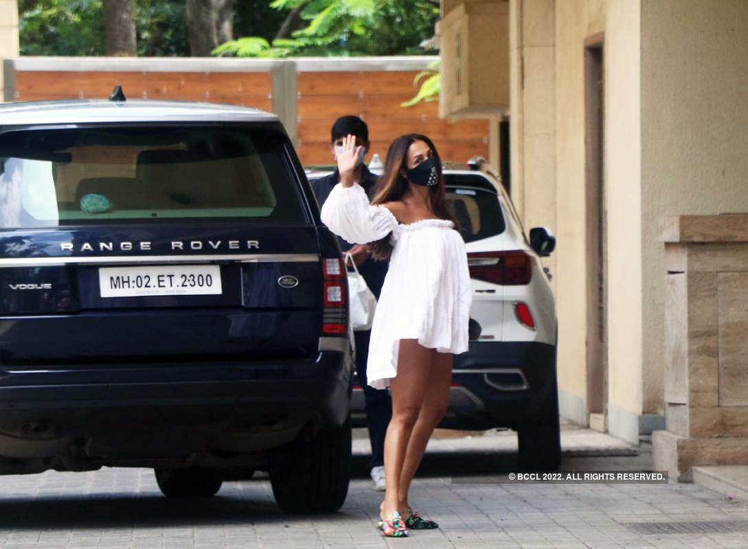 Malaika Arora stuns in an off-shoulder dress; new pictures with beau Arjun Kapoor go viral