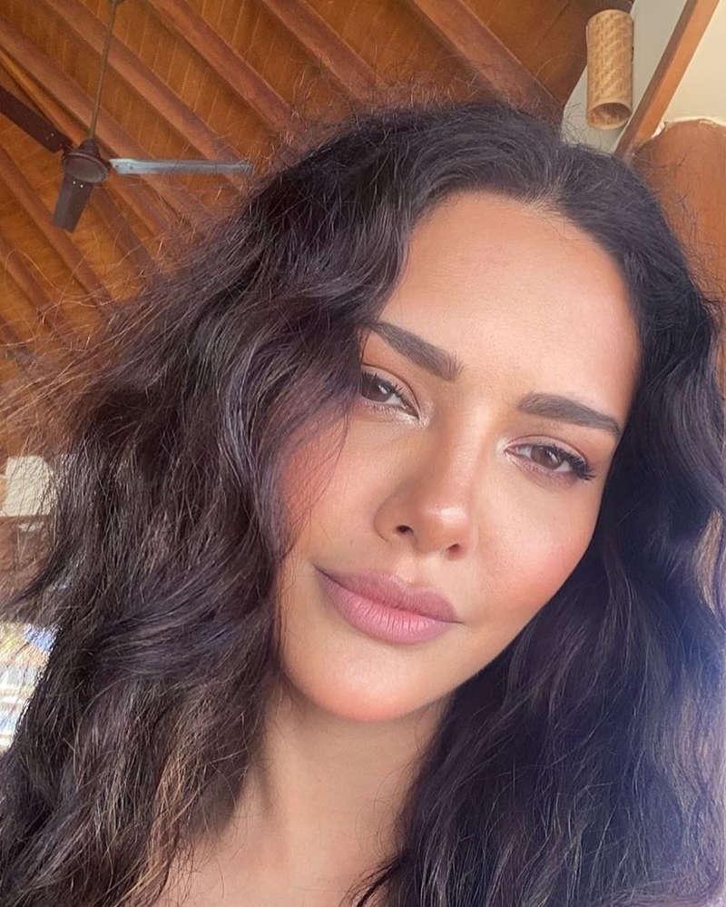 Esha Gupta is making heads turn with her new mirror selfie