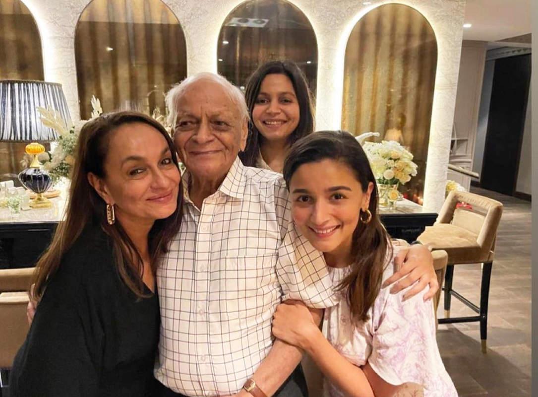 Alia Bhatt flaunts her toned abs in her new mirror selfie