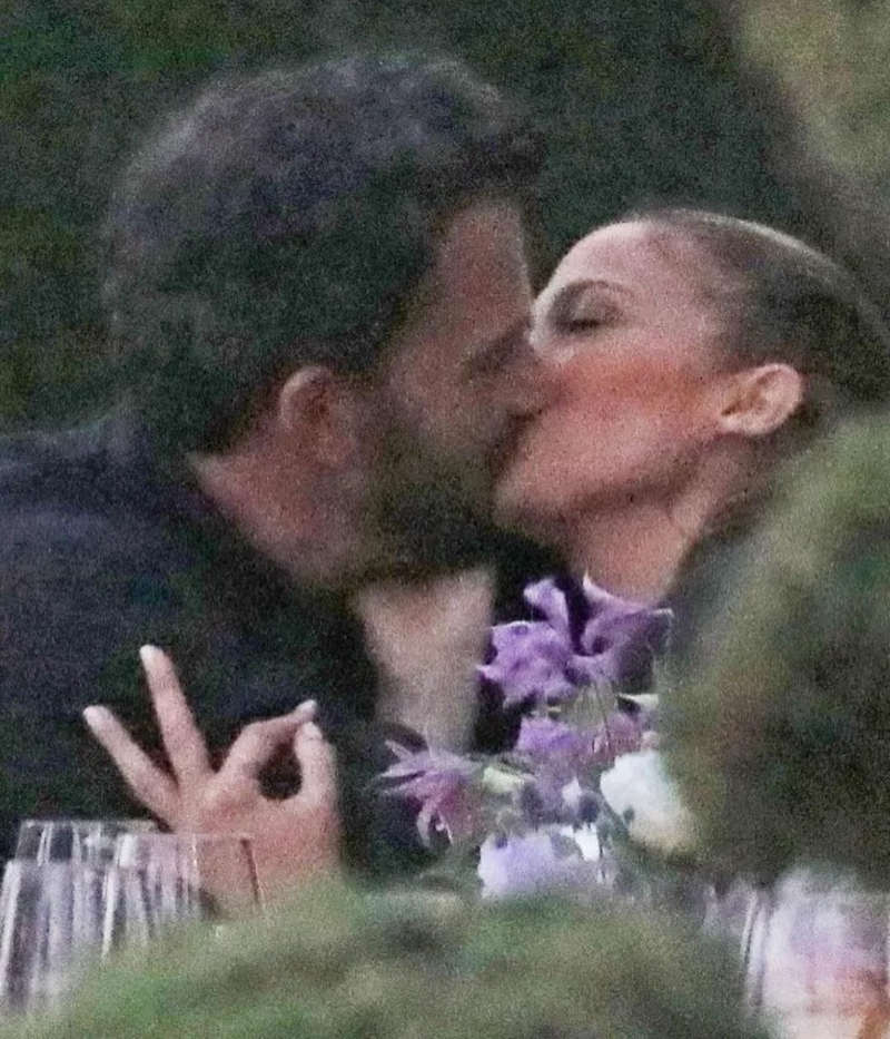 Jennifer Lopez & Ben Affleck's fans can't keep calm after Katy Perry shared their kissing picture on social media