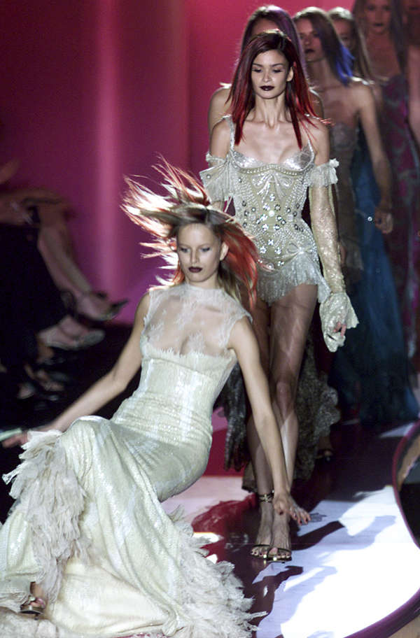 20 pictures of international models who tripped and fell on the runway
