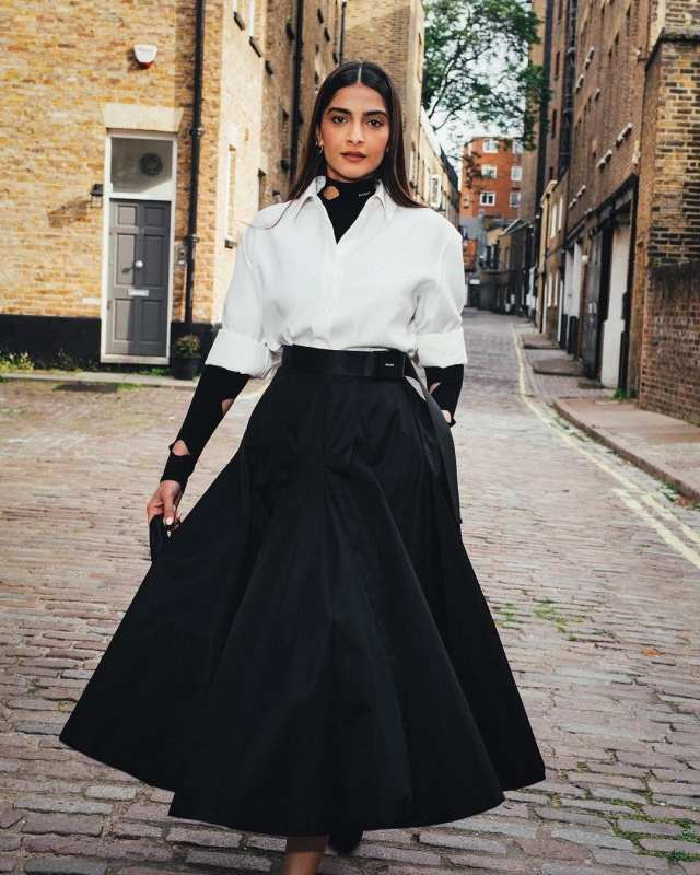 Sonam Kapoor's vintage Notting Hill moment wows the internet, see enthralling photos