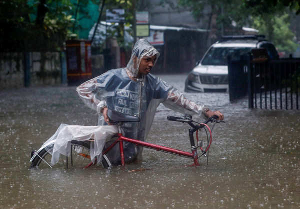 Heavy rain causes waterlogging in Mumbai