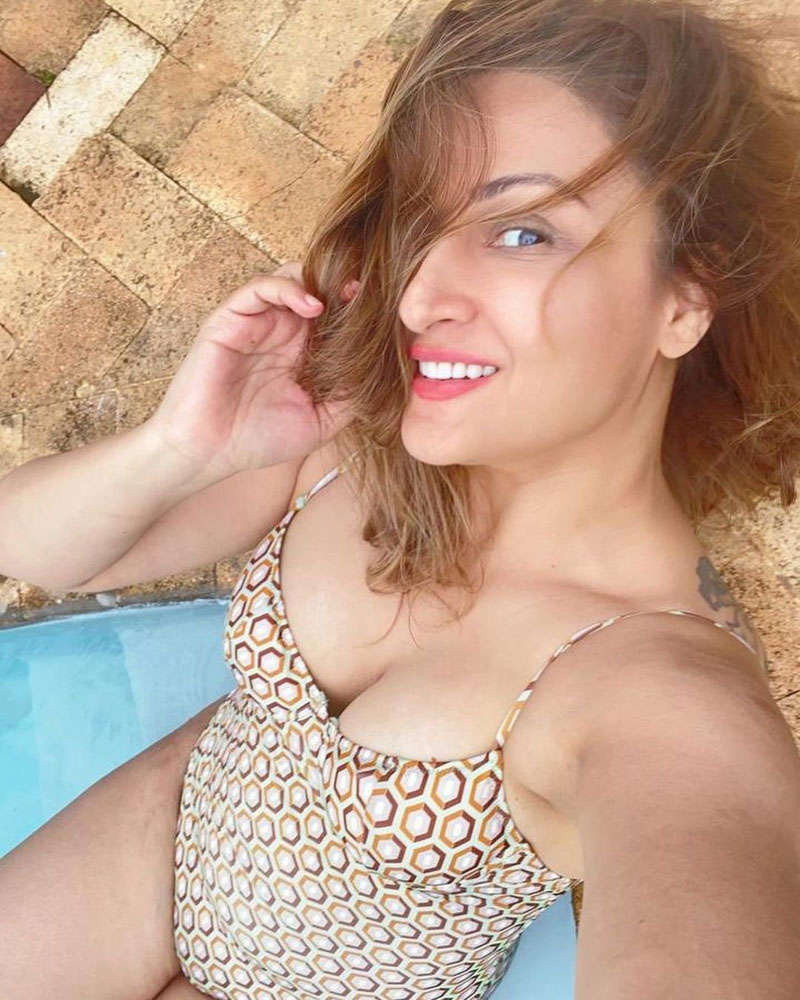 Kasautii Zindagii Kay fame Urvashi Dholakia turns water baby, raises temperature with her pool pictures