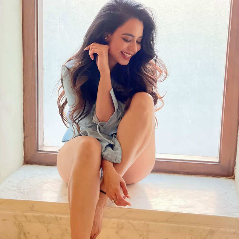 Soundarya Sharma flaunts her toned body in these new captivating pictures