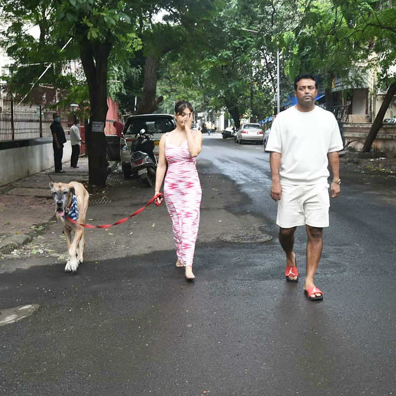 Kim Sharma & Leander Paes trolled for their pictures of strolling hand-in-hand without wearing masks