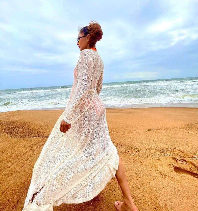 Sara Khan's mesmerising pictures from her beach vacation will leave you enthralled