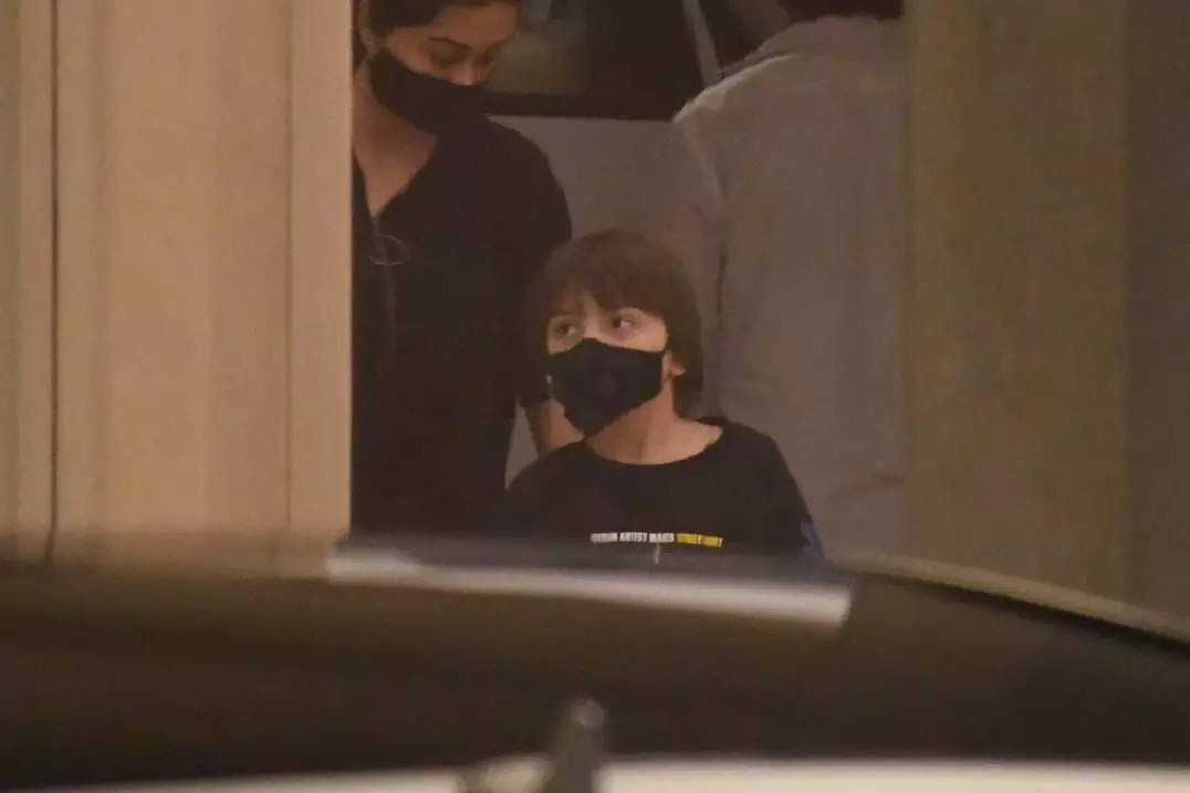 , AbRam makes rare appearance with mom Gauri, The World Live Breaking News Coverage & Updates IN ENGLISH