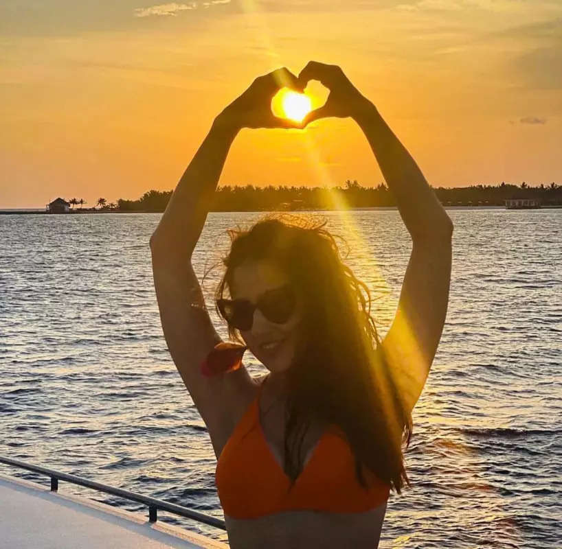 Sara Ali Khan's beach pictures in pop coloured bikinis will make you crave for a vacation!