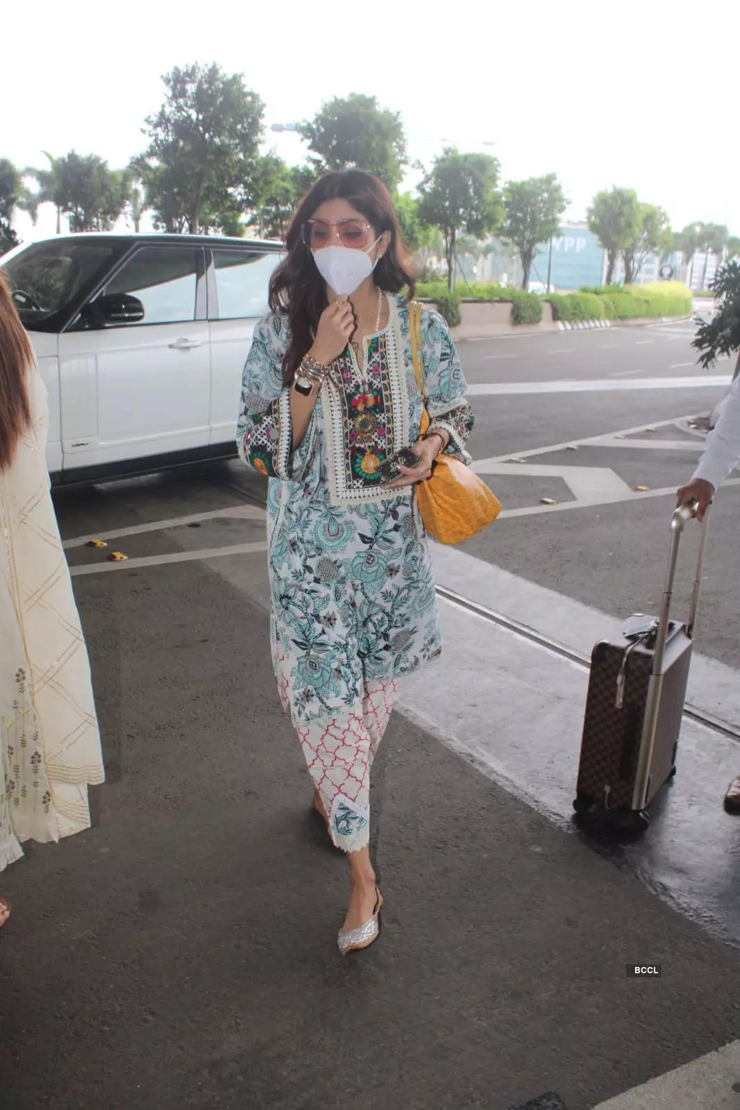 , Shilpa makes a stylish appearance at airport, The World Live Breaking News Coverage & Updates IN ENGLISH