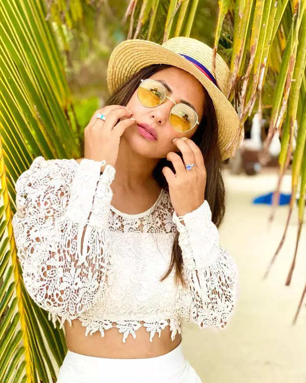 These dreamy pictures of Hina Khan from Maldives vacation will leave you stunned!