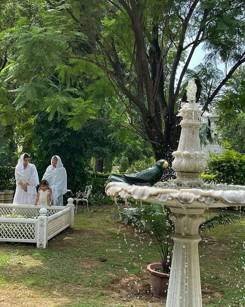 Soha Ali Khan with Sharmila Tagore & little Inaaya offer prayers at Mansur Ali Khan Pataudi's grave on his 10th death anniversary