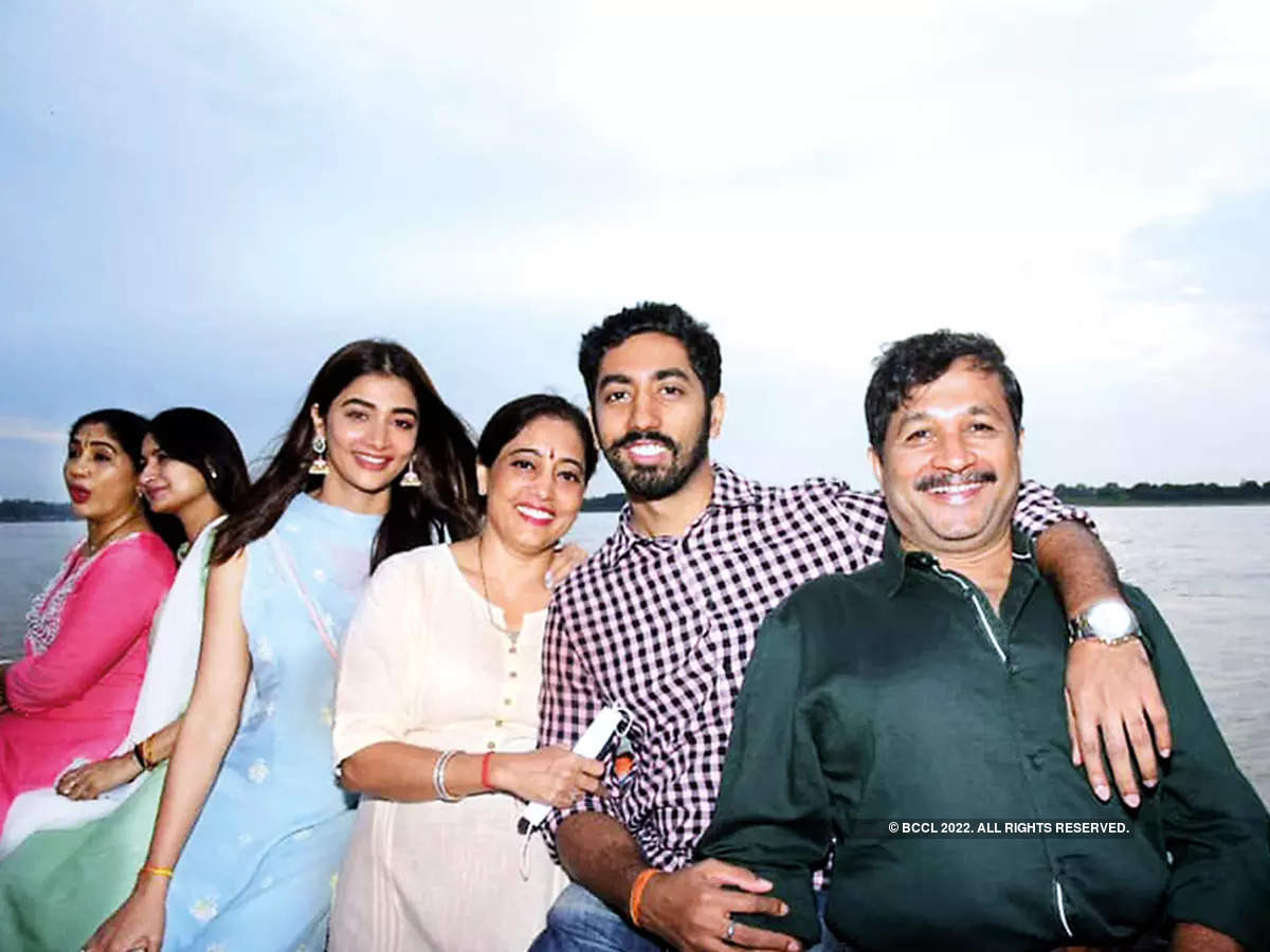 Pooja with her mother Latha, brother Rishabh and father Manjunath on a boat ride in the Ganga (BCCL/ Arvind Kumar)