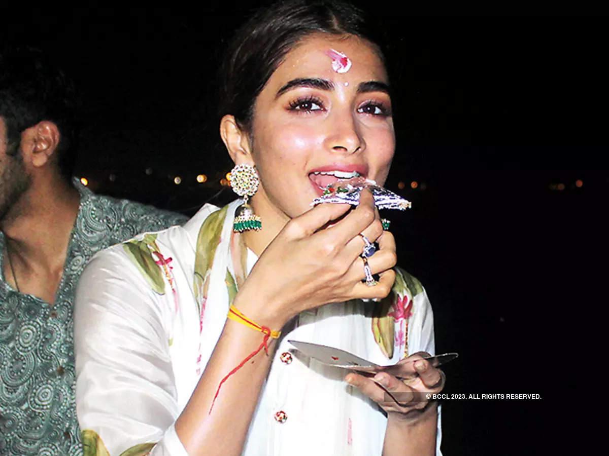 'Khaike Paan Banaras Wala' Pooja,' said Pooja after she savoured the Banarasi paan. She also relished Banarasi chaat (BCCL/ Arvind Kumar)