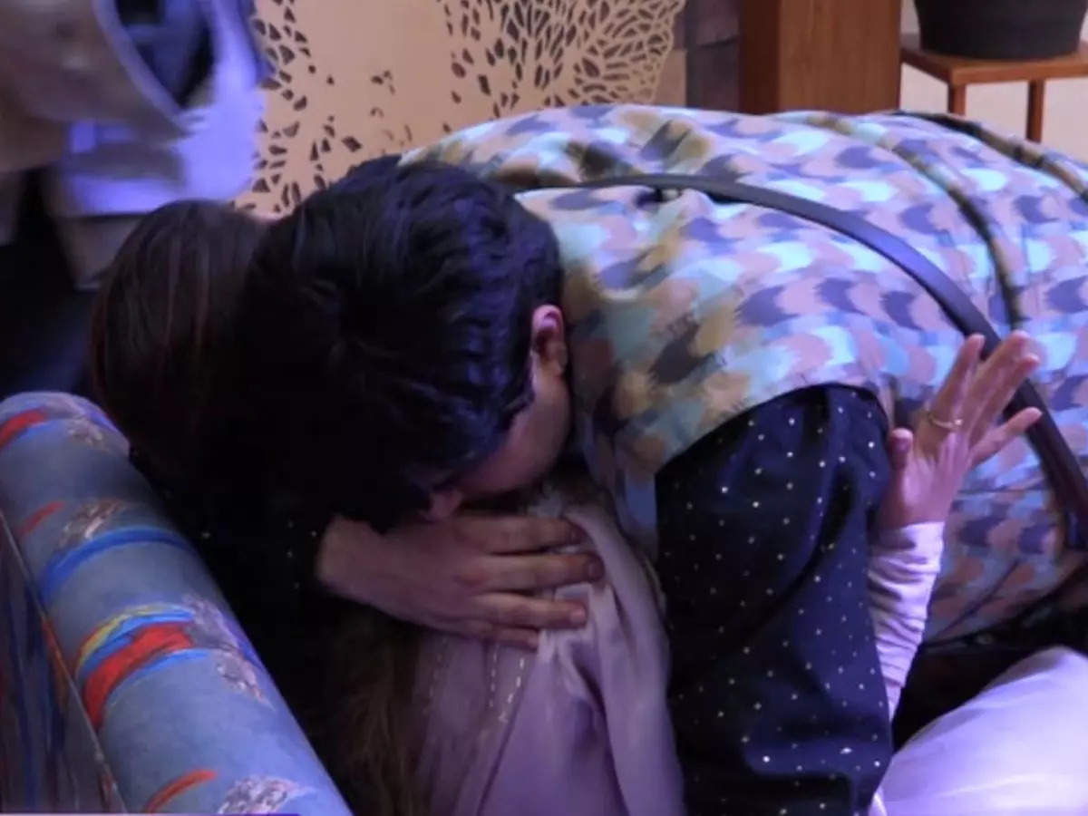 Aavishkar and Sneha hugged each other