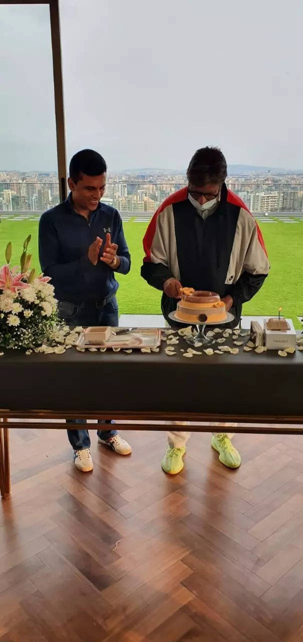 Big B cuts cake with Anand Pandit