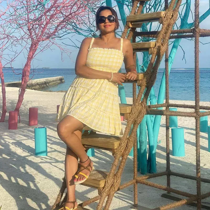 Bhojpuri actress Monalisa flaunts her toned body & tan in these lovely throwback pictures from her beach vacation