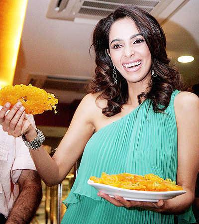 Mallika Sherawat makes hot jalebis!
