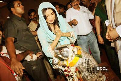 Priyanka visits 'Andheri Cha Raja'