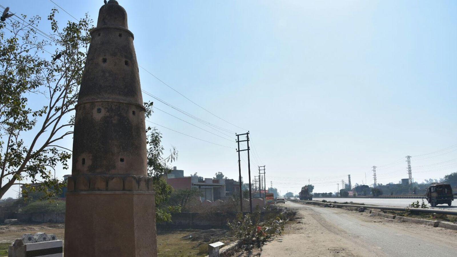 Kos minar in Chhata near NH-2 in Mathura, UP (Photo: Anil Agarwal)