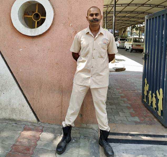 بالنسبة لحارس الأمن جيتندرا سينغ غوجار ، كان الزي العسكري السابق له هو الذي أوصله إلى العمل.