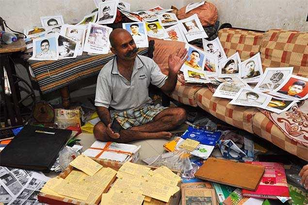 منزل Gurjar مليء بالقصاصات الورقية والبطاقات البريدية وصور الشهداء التي كان يجمعها منذ 20