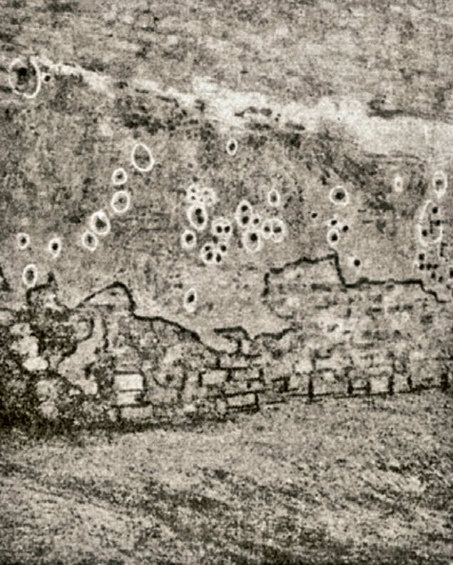 A KÖRNYEZETBŐL: Golyójelek a falon a Jallianwala Bagh belsejében