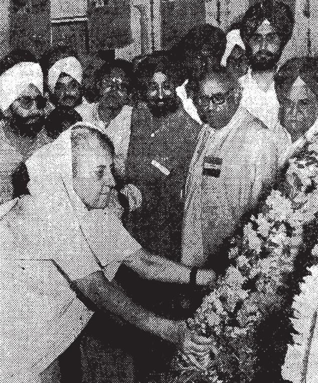 ÖN, 21 július 1974: Indira Gandhi miniszterelnök tisztelettel adózik az Egyesült Királyságból Delhibe érkező Udham Singh maradványaira.