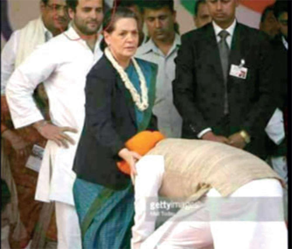 Fake News Buster: Manmohan Singh seen touching sonia gandhi's feet?