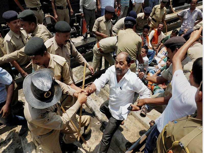 NewsBits : Madhya Pradesh: Police cane-charge farmers