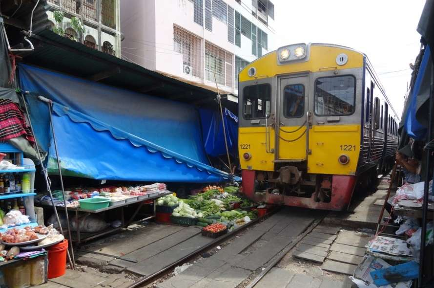 The backyard trains of Hanoi