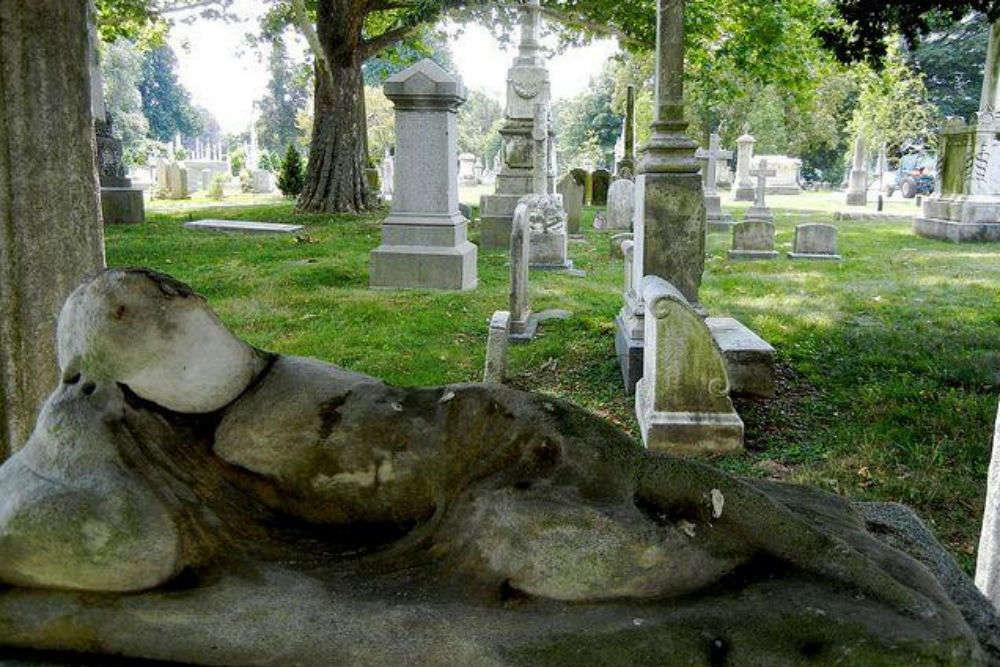 Benjamin Franklin's Grave vs The Laurel Hill Cemetery