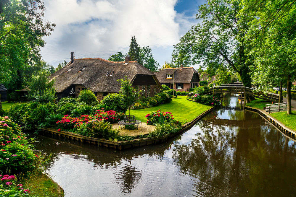 Giethoorn—a dreamy village in Netherlands with no roads is waiting to be explored!