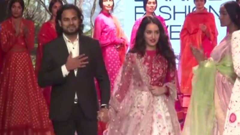 esha-gupta-shraddha-kapoor-preity-zinta-walk-the-ramp-at-lakme-fashion-week