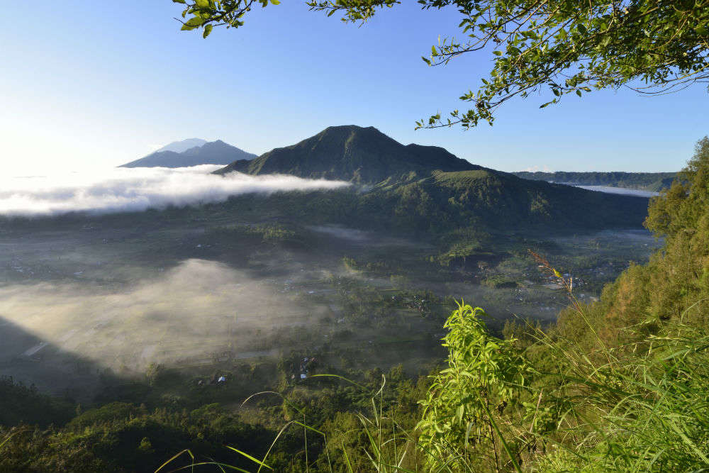 Bali volcano: travellers stranded as Mount Agung spews ash clouds