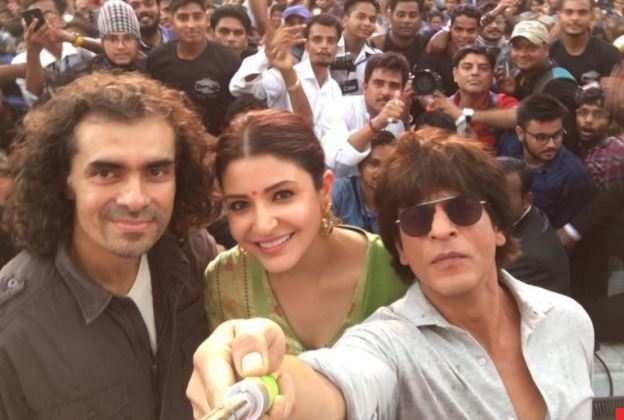 shah-rukh-khan-the-baadshah-of-selfies