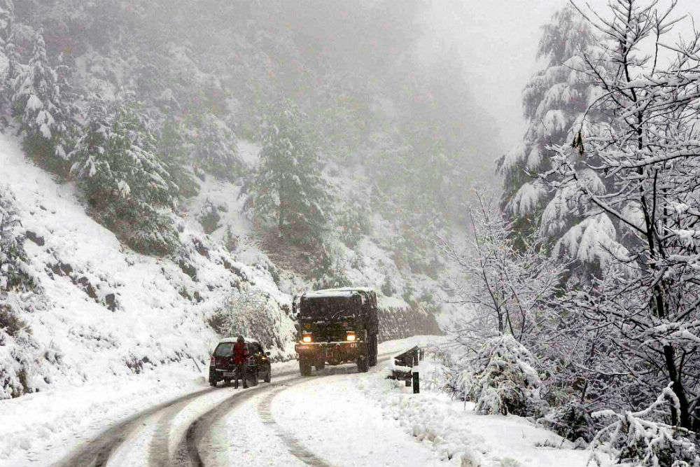 Jammu and Kashmir hit by fresh snowfall, Srinagar-Leh Highway closed again
