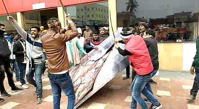 'Padmaavat': Karni Sena vandalizes theatre in Bihar - Times of India