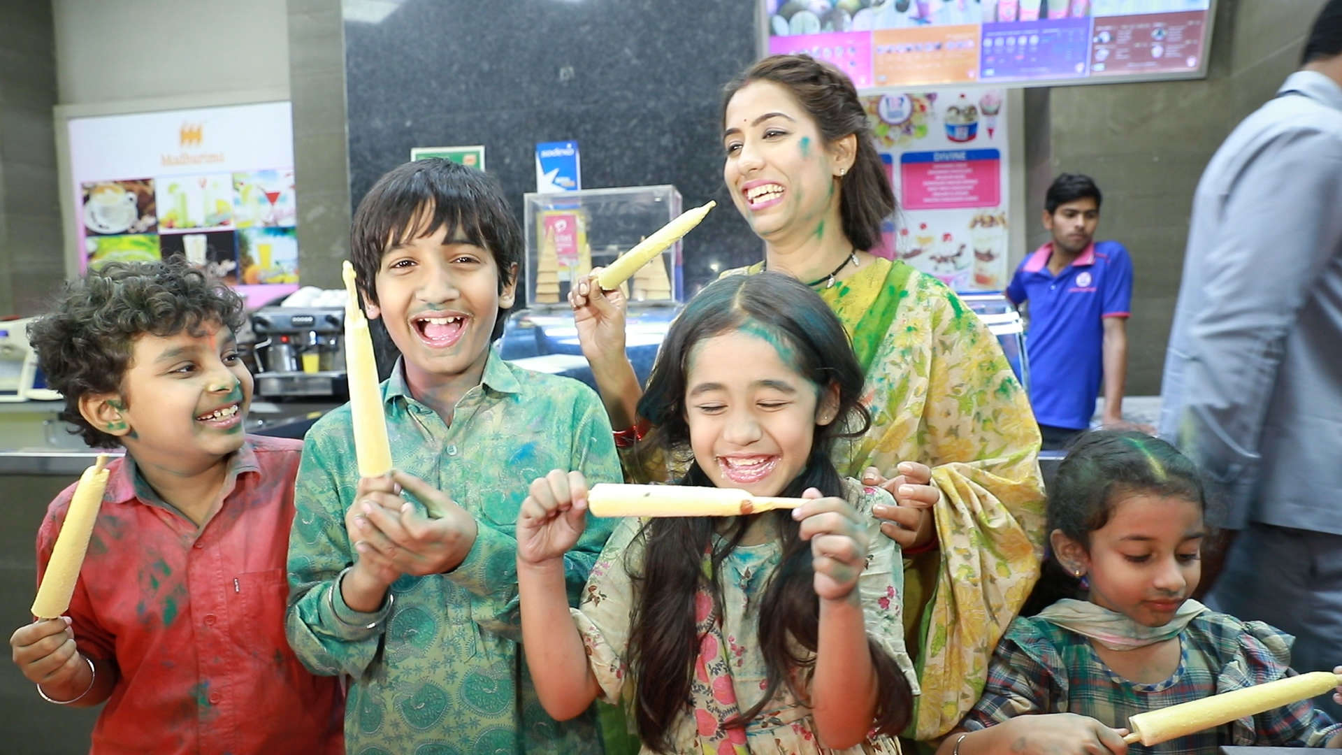 Kulfi Kumar Bajewala cast takes you to a colourful Lucknow market