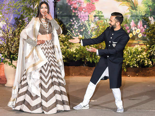 Sonam Kapoor Anand Ahuja Wedding Party Dance Off Video Bollywood S Gest At