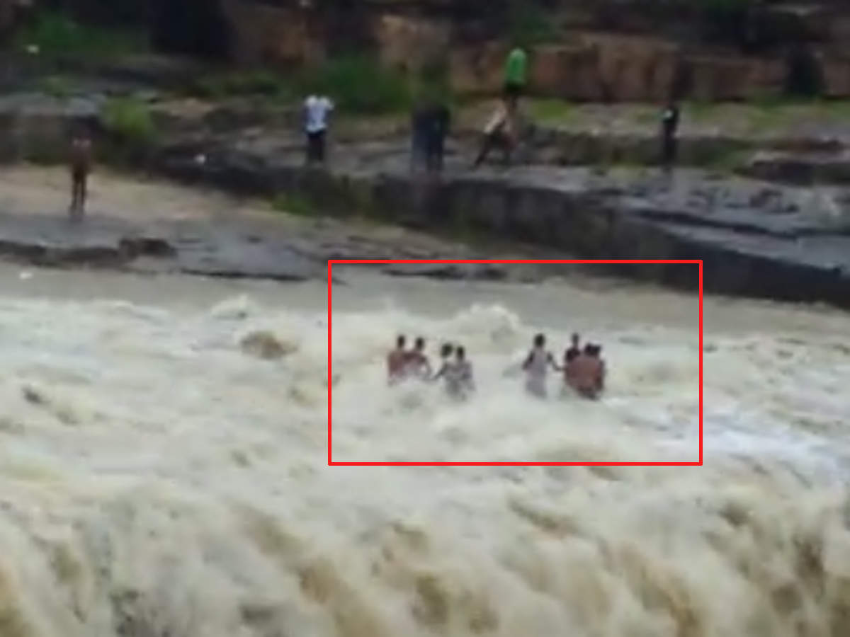 on-cam-many-swept-away-in-shivpuri-flash-flood