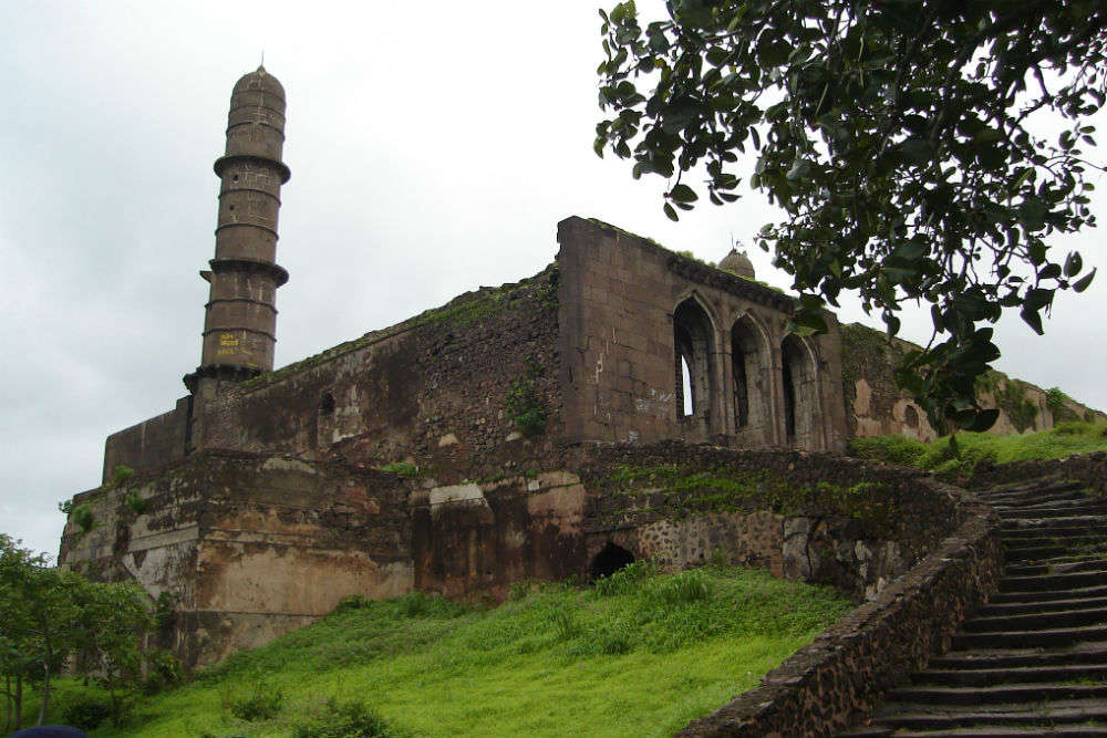 Does the impregnable Asirgarh Fort turn haunted at night?