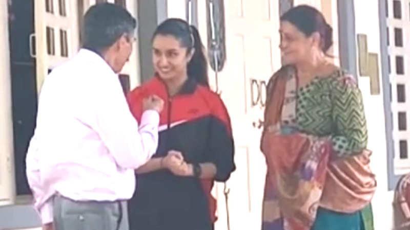 shraddha-kapoor-meets-saina-nehwals-parents