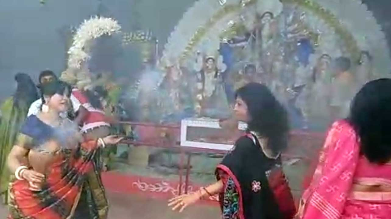 Watch devotees performing famous Dhuni dance in Allahabad