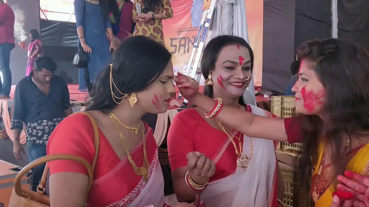 Hinjewadi Bengalis welcome transgender community for sindoor khela
