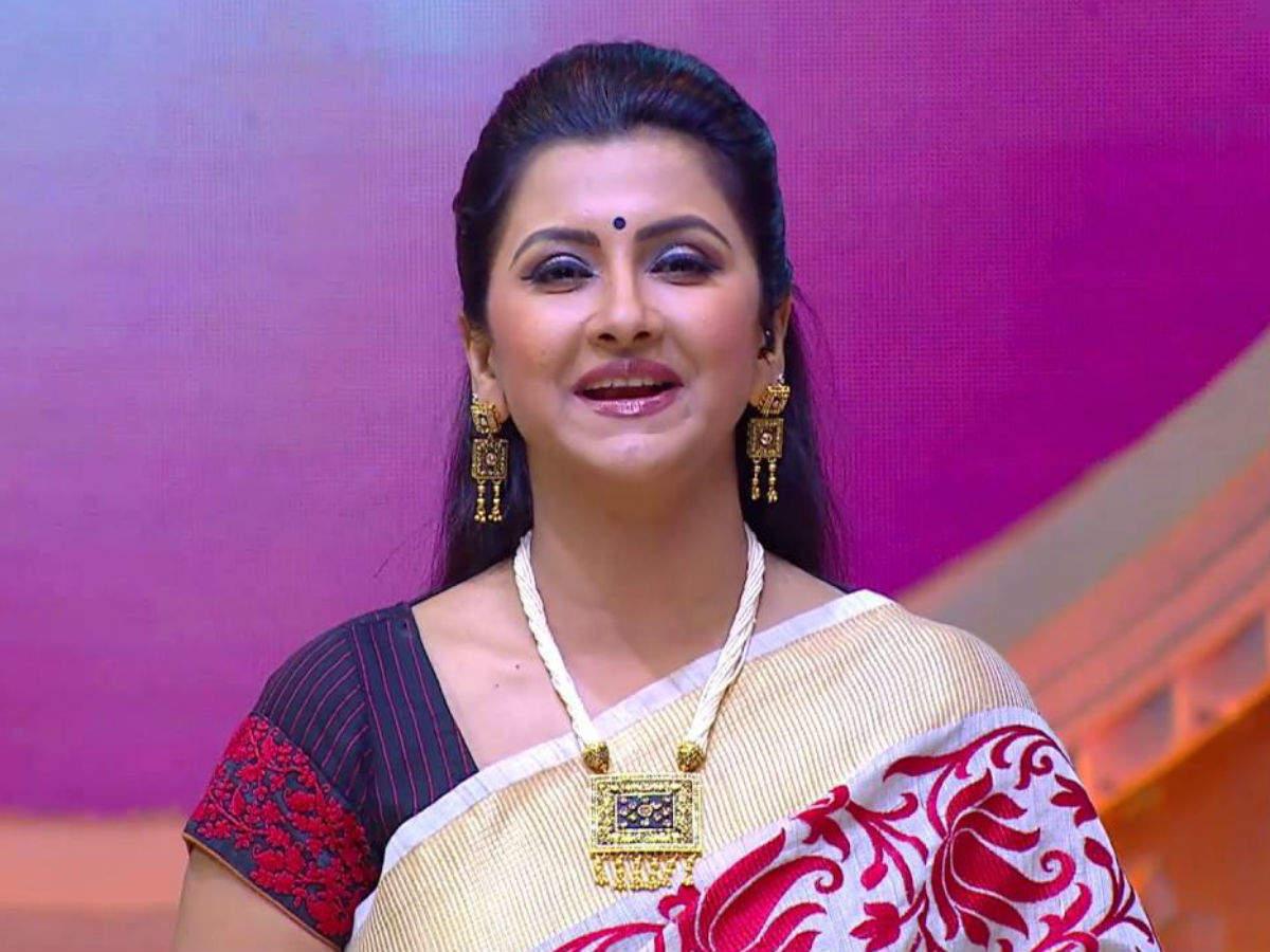 Didi No. 1' host Rachna Banerjee enjoys late night shoot - Times of India