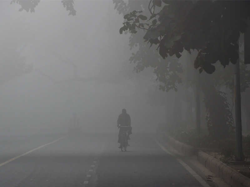 Delhi weather: Fog in Delhi: Delhi-NCR witnesses another foggy morning; flight services hit, trains delayed   Delhi News - Times of India