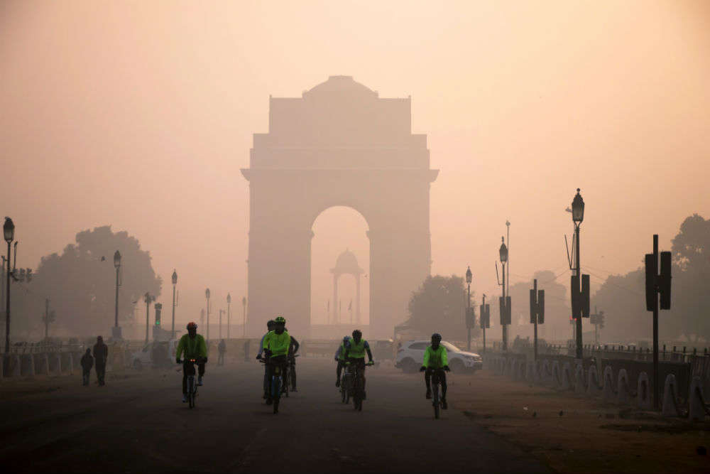 Delhi wakes to a foggy morning, intense cold wave to hit soon
